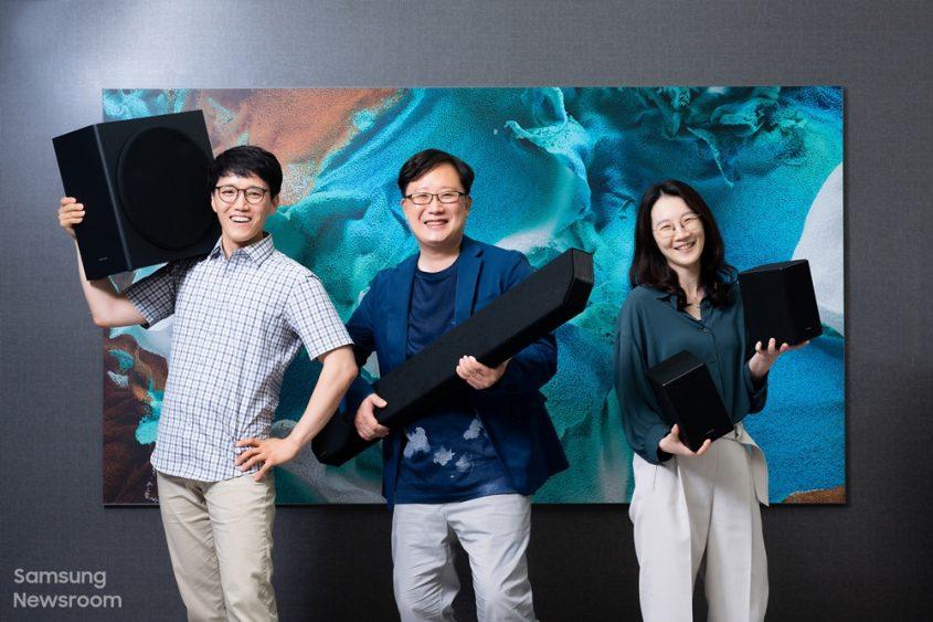 ▲ (Слева направо) Мингё О, Пак Хэкванг и Шинхе Чой, в подразделении Visual Display Business компании Samsung Electronics за звуковой панелью премиум-класса HW-Q950A